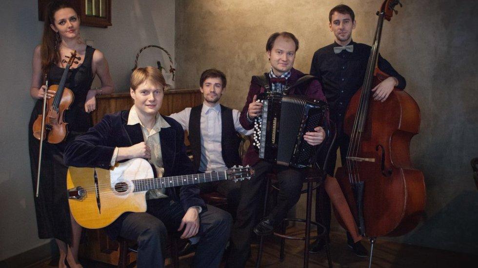 аккордеонист в окружении других музыкантов